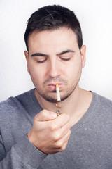 hombre con cigarro