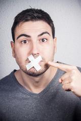 hombre con boca tapada