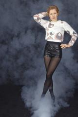 Blondhaarige Frau mit Hotpants und Wollpullover