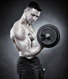 Mężczyzna ćwiczy ze sztangą - 59835869