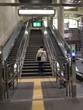 Frau auf Treppe von hinten