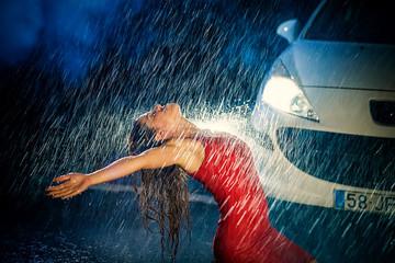 Mulher adorando a chuva