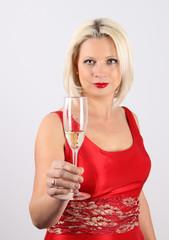 Mujer de rojo  brindando