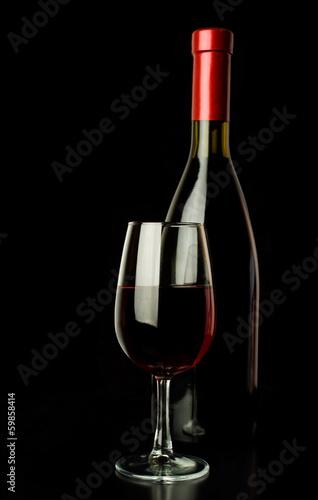 czerwone-wino-i-butelka-wina-na-czarno