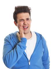 Junger Mann hat Zahnschmerzen