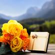 Rosen mit Geschenk vor ländlichem Hintergrund