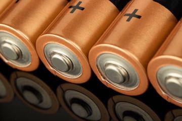 Batterien auf schwarzem Hintergrund