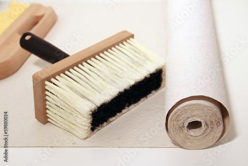 kleister pinsel und rauhfaser tapete zum tapezieren stockfotos und lizenzfreie bilder auf. Black Bedroom Furniture Sets. Home Design Ideas