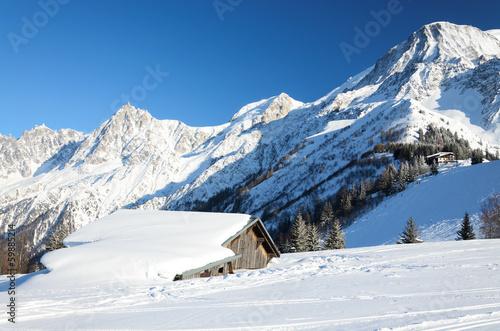 schneehugel-mit-verschutteten-hallen