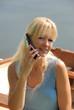 Jeune femme blonde au téléphone