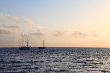 Boote in Sonnenröte