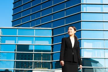 やる気を出す新人の女性ビジネスマン