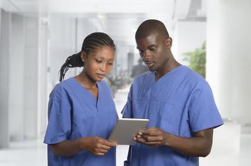 Afrikanisches Ärzteteam im Krankenhaus mit Tablet PC