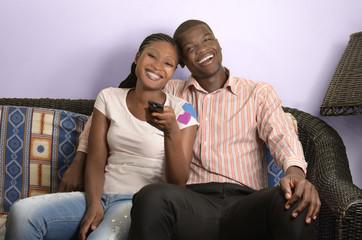 Junges afrikanisches Paar auf Couch