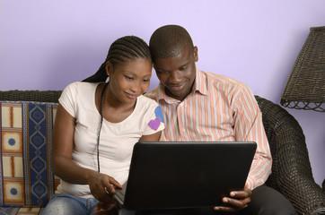 Junges afrikanisches Paar surft im Internet