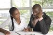 Afrikanische Studenten helfen sich gegenseitig