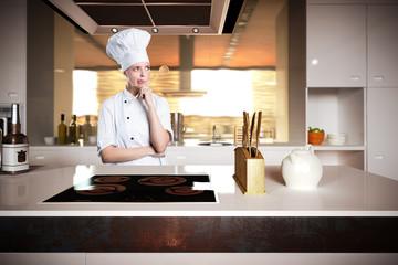 nachdenkliche Köchin in Küche