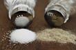 Salz und Pfeffer auf Holztisch