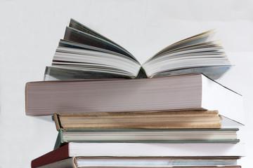 Livre ouvert sur pile