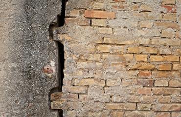 cedimento di una parete a mattoni
