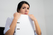 Geschäftsfrau mit einem unmotivierten Gesichtsausdruck