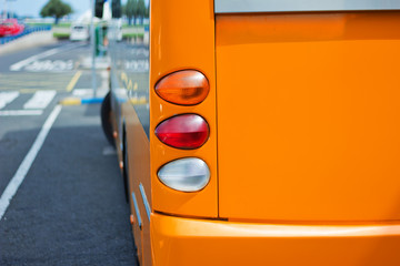 Bus an der Haltestelle - orange Version
