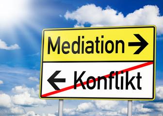 Wegweiser mit Konflikt und Mediation