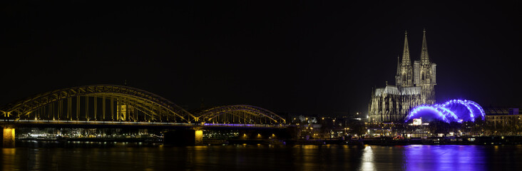 kölner dom bei nacht mit hohenzollernbrücke und musical dome