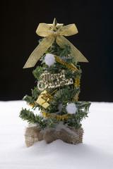 雪のうえにクリスマスツリー