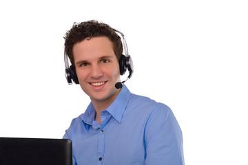 Junger Mann mit Headset im Callcenter oder im Webmeeting