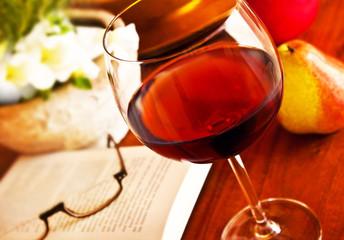 Rotwein und Buch