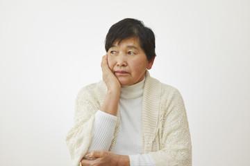 心配性の女性のイメージ