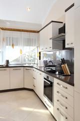 Nowoczesne meble kuchenne w luksusowej rezydencji.