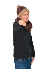 Attraktiver junger Mann mit Winteroutfit