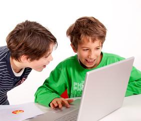 Kinder surfen am Computer