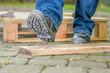 Leinwanddruck Bild - Arbeiter mit Sicherheitsschuhen tritt in einen Nagel