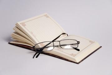 Композиция с книгой и очками
