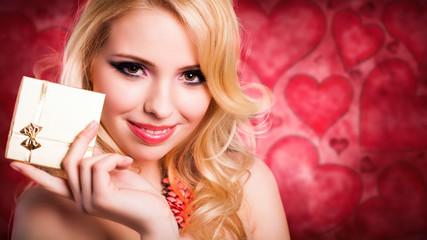 junge blonde Frau mit Geschenk