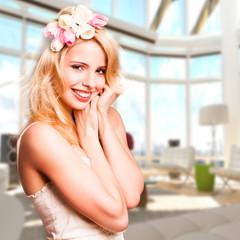 junge blonde Frau vor Appartmenthintergrund