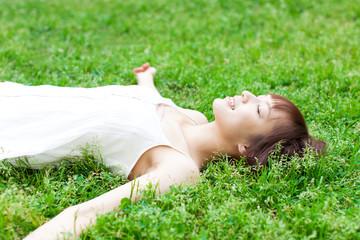 芝生に寝る女性