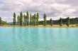 lac sous ciel nuageux