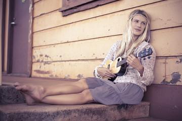 Hippie Mädchen mit Gitarre Ukulele