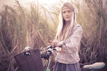 Hippie Mädchen mit Fahrrad