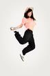 springendes lachendes Mädchen