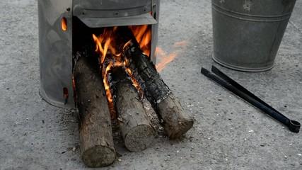 火の着いた簡易かまどの薪