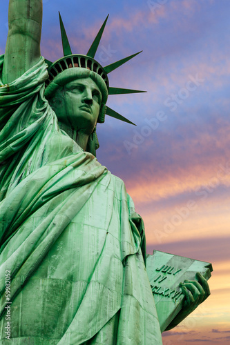 Papiers peints Statue Statue of Liberty under colorful sky