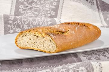 Brot auf weissen Teller 1