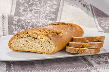 Brot auf weissen Teller 3