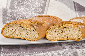Brot auf weissen Teller 2