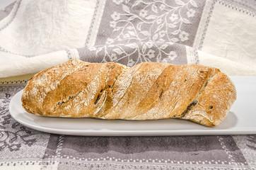 Brot auf weissen Teller 4